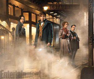 Les Animaux Fantastiques Fantastic Beasts and where to find them (« Les Animaux Fantastiques » en VF) promet de nous replonger dans un univers merveilleux. En effet, ce prequel à l'histoire d'Harry Potter a enfin dévoilé ces premières images. En tant que fan de JK Rowling et de son univers magique, autant vous dire que je suis plutôt pas mal excitée. Eddie Redmayne, qui interprètera le personnage de Newt Scamander, et le reste du cast (Katherine Waterston, Alison Sudol et Dan Fogler) nous emmèneront dans une aventure magique à travers le New York des années 20. Prêts à découvrir les magiciens à la mode américaine? Et surtout: prêts à découvrir ces Animaux Fantastiques ? Je sais pas vous, mais moi je suis bien, bien, prête! Vivement l'hiver 2016 !
